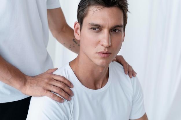 Portret młodych mężczyzn z bliska