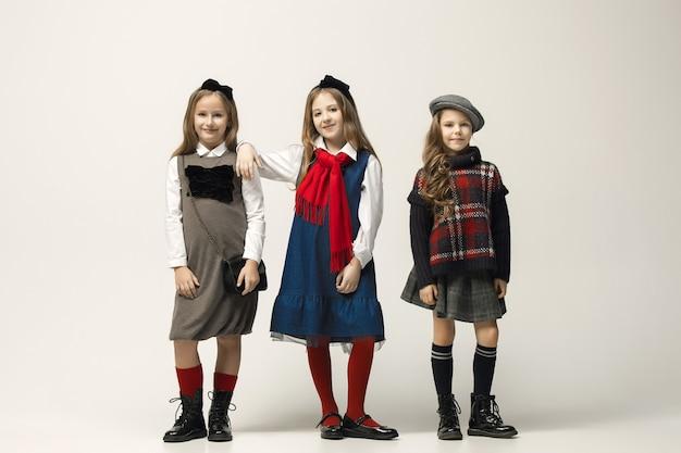 Portret młodych pięknych dziewczyn nastolatek