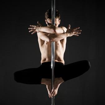 Portret młodych samców modelu taniec na rurze