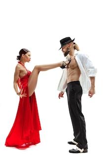 Portret młodych tancerzy tanga elegancji. pojedynczo na białym tle