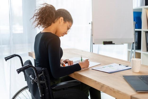 Portret młodzi podpisywanie papiery przy biurem