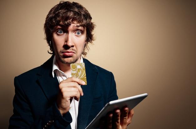 Portret młodzieńca na sobie ubranie i trzymając tablet
