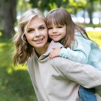 Portret młodzieńca na zewnątrz i mama