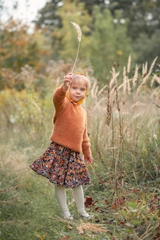 Portret moda ładny uśmiech dziecko dziewczyna zabawy na świeżym powietrzu.