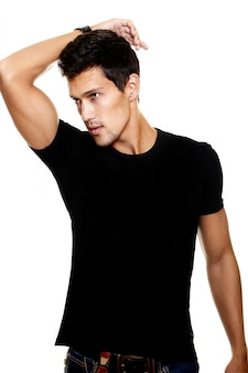 Portret moda młody caucasian seksowny umięśniony atrakcyjny przystojny sportowy mężczyzna chłopiec model w przypadkowych ubraniach odizolowywających na bielu