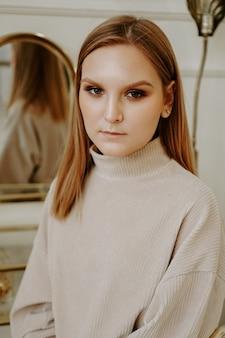 Portret model blondynka. piękna blogerka na instagramie z makijażem, patrząc w kamerę
