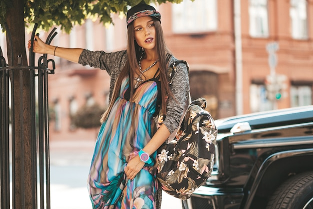 Portret model piękny seksowny brunetka nastolatka w lato hipster ubrania i torby. dziewczyna pozuje na ulicy. kobieta w czapce