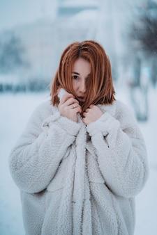 Portret modelki na zewnątrz w pierwszym śniegu