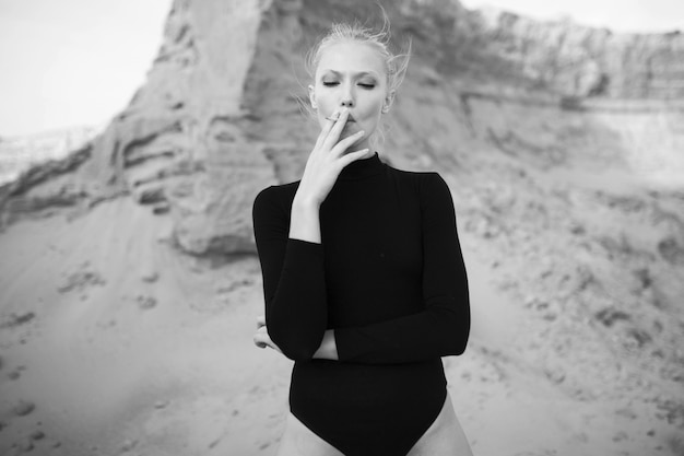 Portret modelki pali papierosa