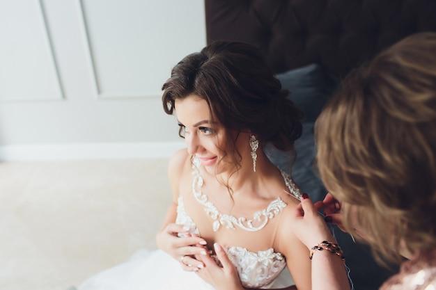 Portret modelki z bukietem kwiatów, makijaż pięknej młodej kobiety i fryzurę