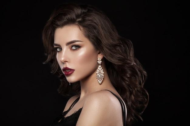 Portret modelki z naturalnym makijażem