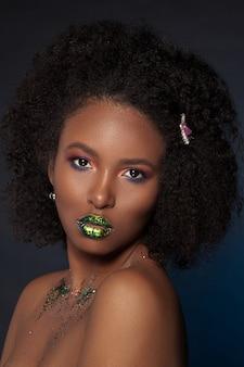 Portret modelu z kreatywnym makijażem