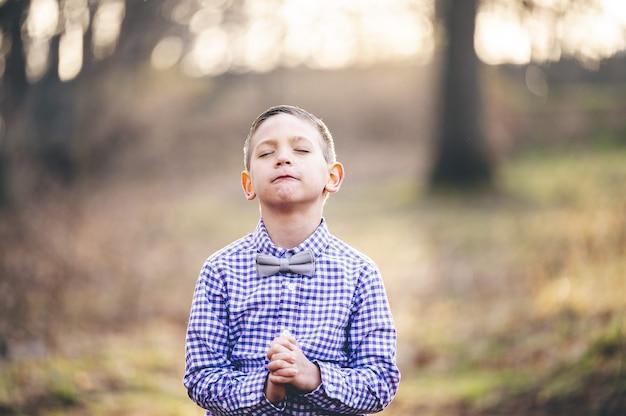 Portret modlącego się małego chrześcijańskiego chłopca