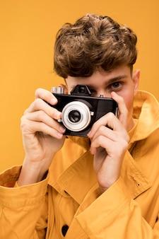 Portret modna chłopiec bierze fotografię