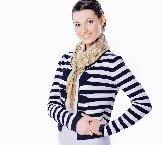 Portret modnej młodej kobiety w pasiastej bluzce.