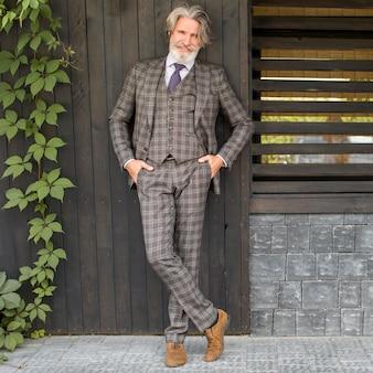 Portret modny dojrzały mężczyzna pozowanie na zewnątrz