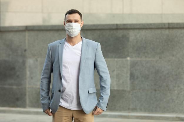 Portret modny mężczyzna ubrany w maskę ochronną, spacery po mieście