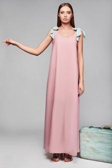 Portret mody glamour stylowa kobieta w kolorowej spódnicy