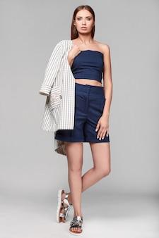 Portret mody łupem stylowa młoda kobieta w kurtce