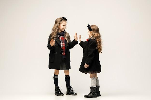 Portret mody młodych pięknych nastolatek