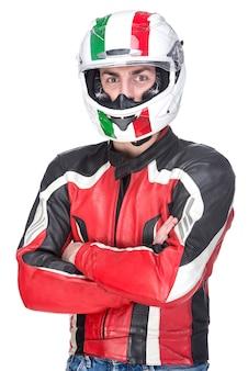 Portret motocyklisty rowerzysta w czerwonym wyposażeniu i hełmie