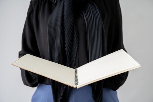 Portret muzułmański uczeń trzyma książkę