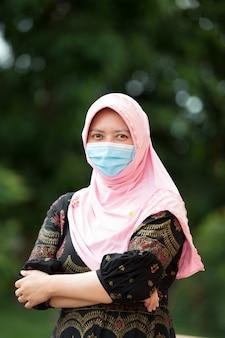 Portret muzułmańskiej kobiety noszącej maskę