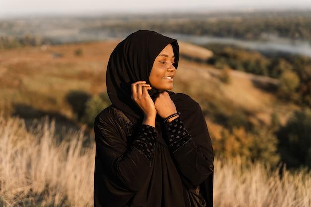 Portret muzułmańskiej kobiety w czarnej szacie.