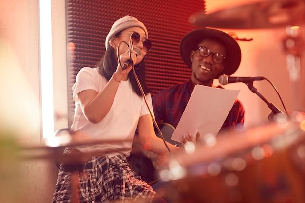 Portret muzycznego duetu grającego na gitarze i śpiewającego liryczne piosenki podczas próby