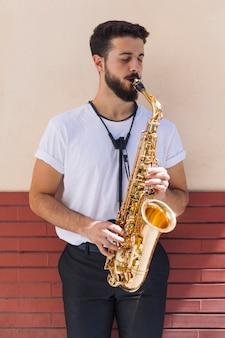 Portret muzyk grający na saksofonie