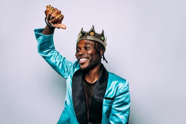 Portret muzyka hip-hopowego. filmowy obraz mężczyzny noszącego stroje imprezowe i biżuterię