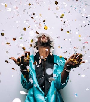 Portret muzyka hip-hopowego filmowy obraz mężczyzny pod kroplą konfetti