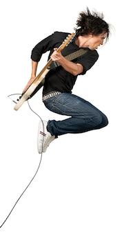 Portret muzyka skaczącego podczas gry na gitarze elektrycznej