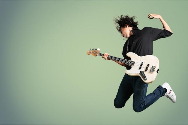 Portret muzyka skaczącego podczas gry