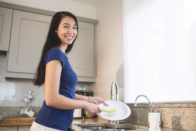 Portret myje up w kuchni szczęśliwa kobieta