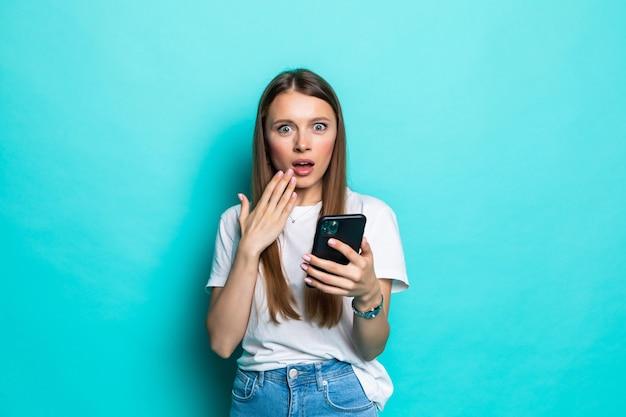 Portret mylić słodkie dziewczyny, wskazując na telefon komórkowy