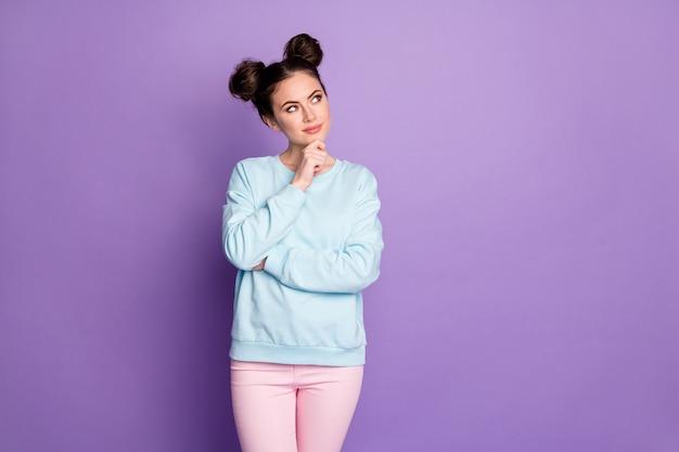 Portret myślącej zainteresowanej inteligentnej dziewczyny nastolatka wygląd copyspace dotyk dłonie podbródek myślę myśli wybierają wybór decydują decyzje nosić styl casual strój na białym tle fioletowy kolor tła