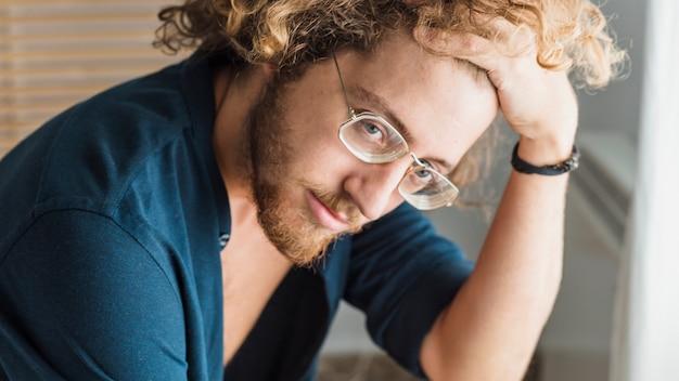 Portret myślenia człowieka w okularach