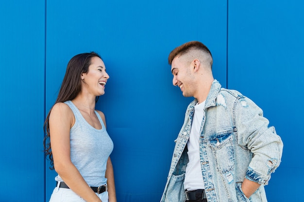 Portret na białym tle młoda para zakochanych, śmiejąc się na niebiesko