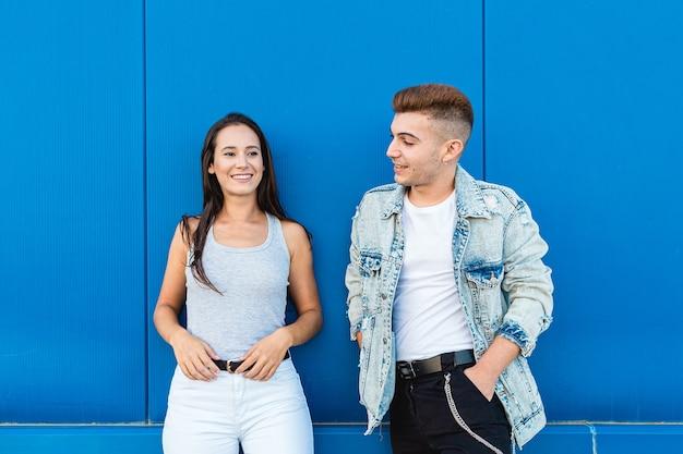 Portret na białym tle młoda para zakochanych uśmiecha się na niebiesko