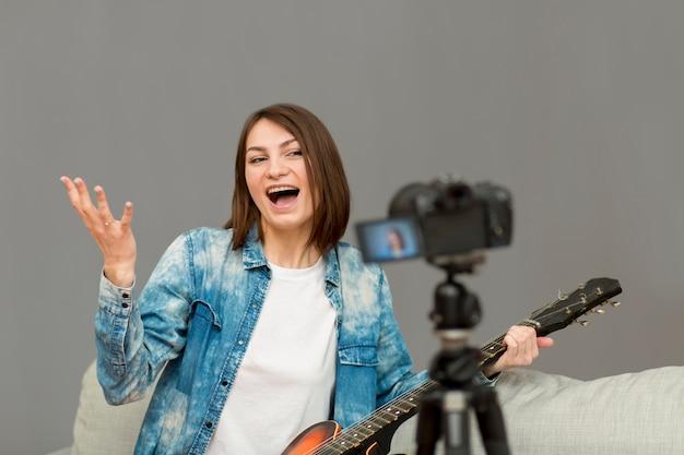 Portret nagrania blogera w domu