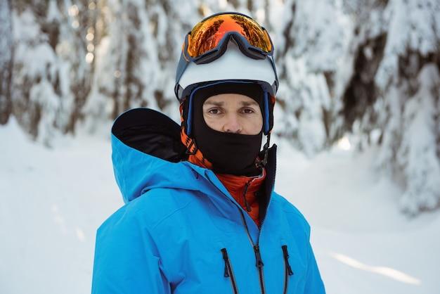 Portret narciarz stojący na śnieżny krajobraz