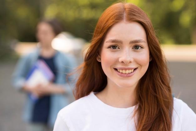 Portret nastolatek szczęśliwy być z powrotem przy uniwersytetem