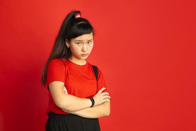 Portret nastolatka azjatyckiego na białym tle