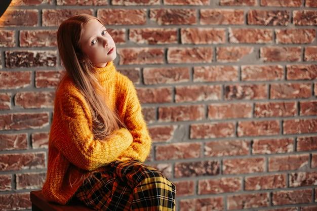 Portret nastolatka na tle zdobionej ściany. zdjęcie z miejscem na kopię