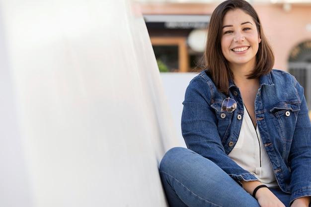 Portret nastolatka pozowanie w dżinsach