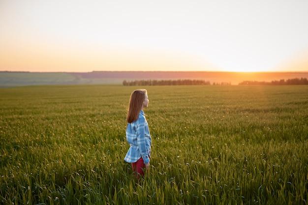 Portret nastolatka w polu o zachodzie słońca