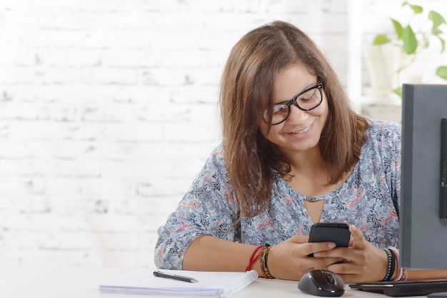 Portret nastolatka z inteligentnym telefonem