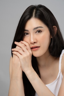 Portret nastolatka. zbliżenie twarzy azjatyckiej młodej kobiety z czystą skórą.