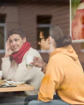 Portret nastolatkowie ma kawę wpólnie
